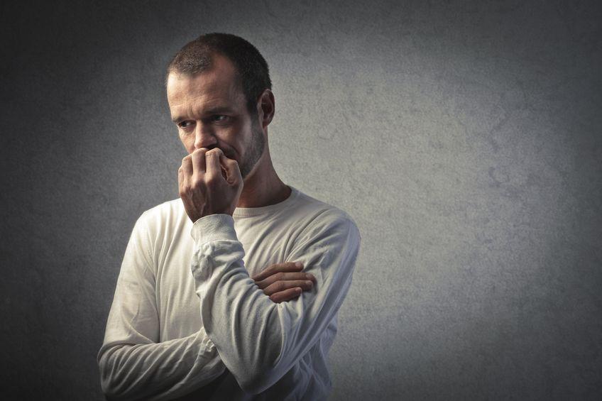 Obsessão - homem preocupado rói as unhas