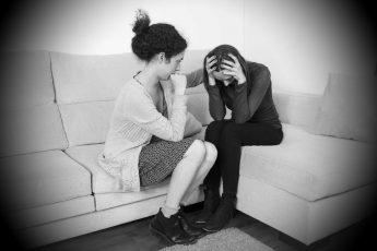 mulher tenta consolar e ajudar amiga com depressão