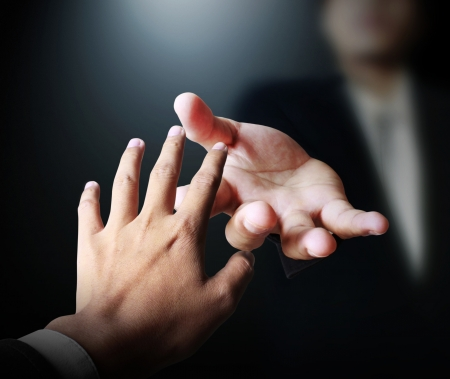 Mãos que se esticam para se juntar e ajudar