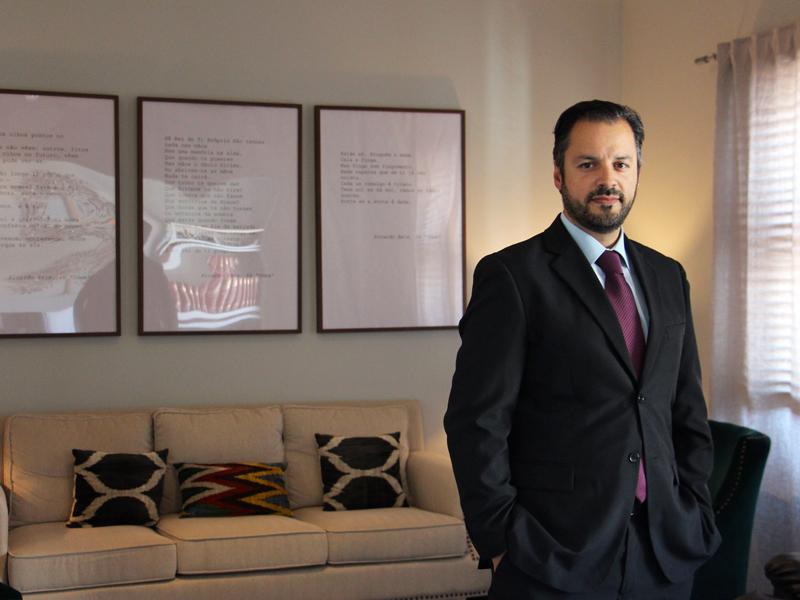 o entrevistado, doutor Pedro Brás, nas instalações da Clínica da Mente em Lisboa