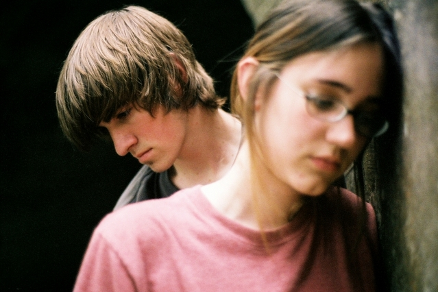 """casal de adolescentes a discutir, aborrecidos"""""""