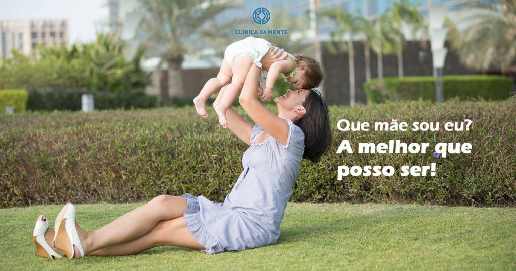 mãe segura filho bebé no ar a rir