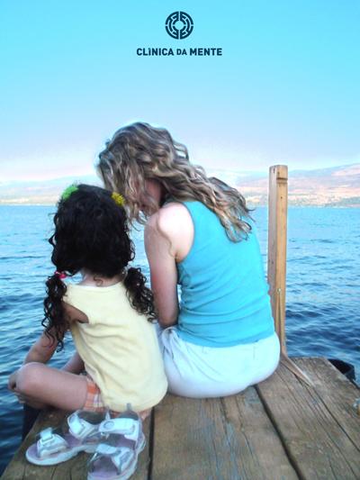 mãe e filha partilham momento num cais