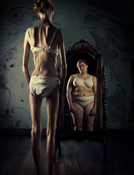 mulher anorética que se olha no espelho e se vê gorda
