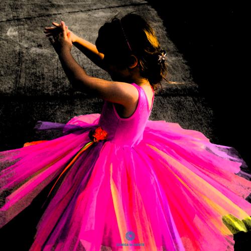 Menina brinca em vestido de ballet com efeito dramático
