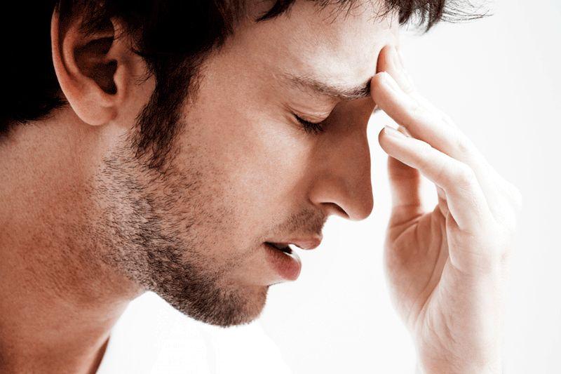 homem com mão na cabeça e olhos fechados, com expressão perturbada e ansiosa em crise de ansiedade