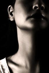 pescoço de rapariga pormenor preto e branco