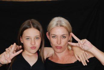 mae e filha com expressões felizes