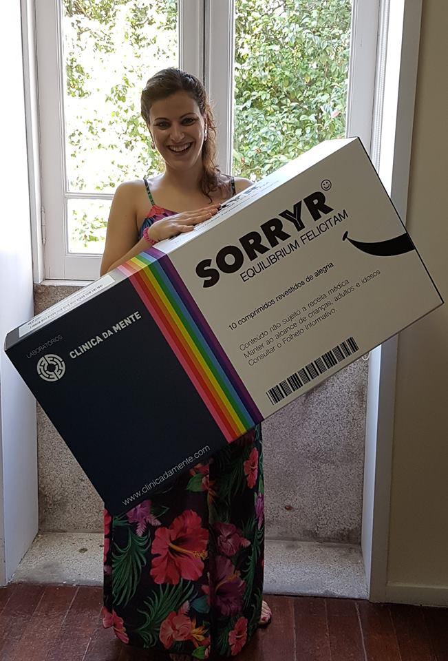 Tania de pé segura a caixa de SORRYR recuperada da sua perturbação de Ansiedade