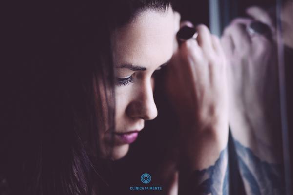 adolescente a refletir encostada a um vidro