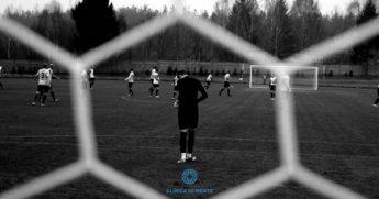 perspetiva da baliza de um golo, é possível ver o guarda-redes e restante campo. Ilustra a ansiedade que se poderá sentir em ambiente de jogo de futebol
