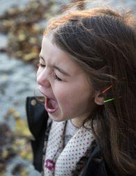 menina assustada grita com falta de ar e coração acelerado pela ansiedade