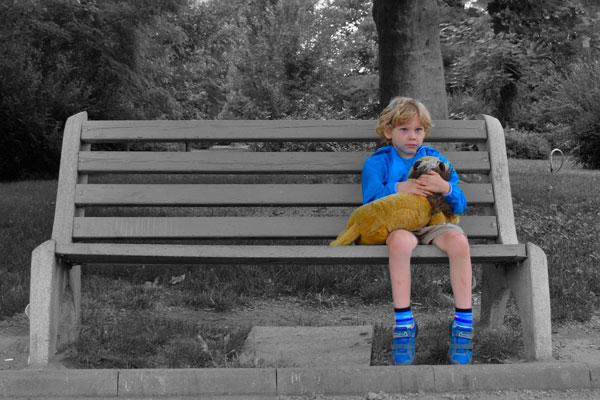 criança sozinha vítima de bullying isola-se triste