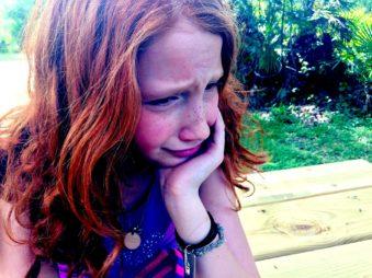 menina vítima de bullying chora desesperada