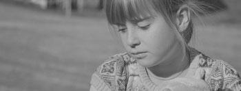 criança deprimida a preto e branco