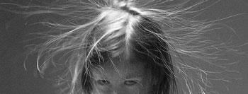 criança hiperativa com cabelo no ar parecendo elétrica