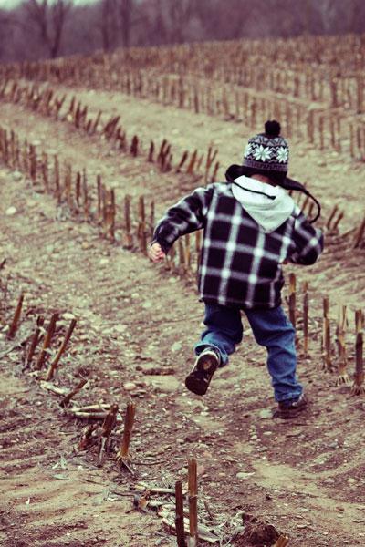 rapaz não pára de se mexer saltita no campo