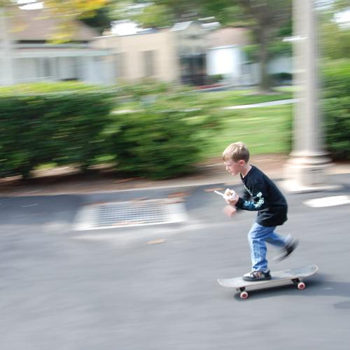 criança a andar de skate