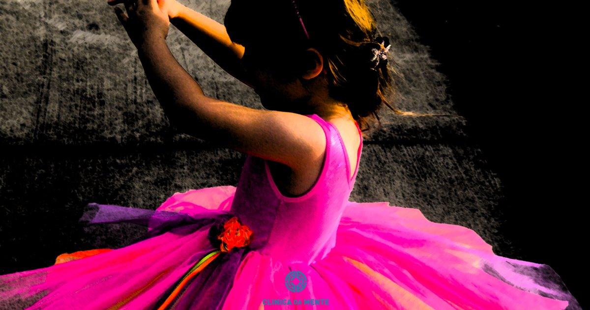 menina de vestido colorido em fundo negro largo