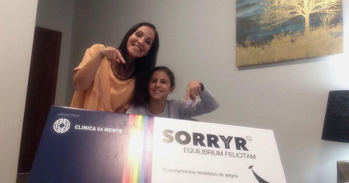 Paciente Mafalda e Doutora Joana Correia de sorriso no rosto com a caixa do Sorryr