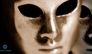 máscara dourada de metal com ar desgatado
