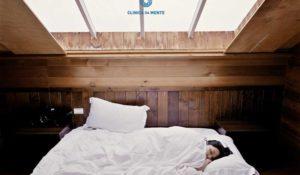 mulher dorme em cama confortável realçando a importância do sono e dos sonhos
