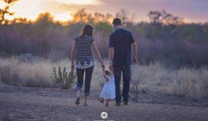 família caminha na floresta com calma e tranquilidade