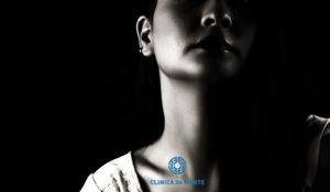 detalhe a preto e branco do pescoço de uma rapariga jovem